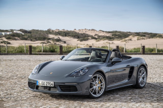 2017-Porsche-718-Boxster-front-three-quarter-2